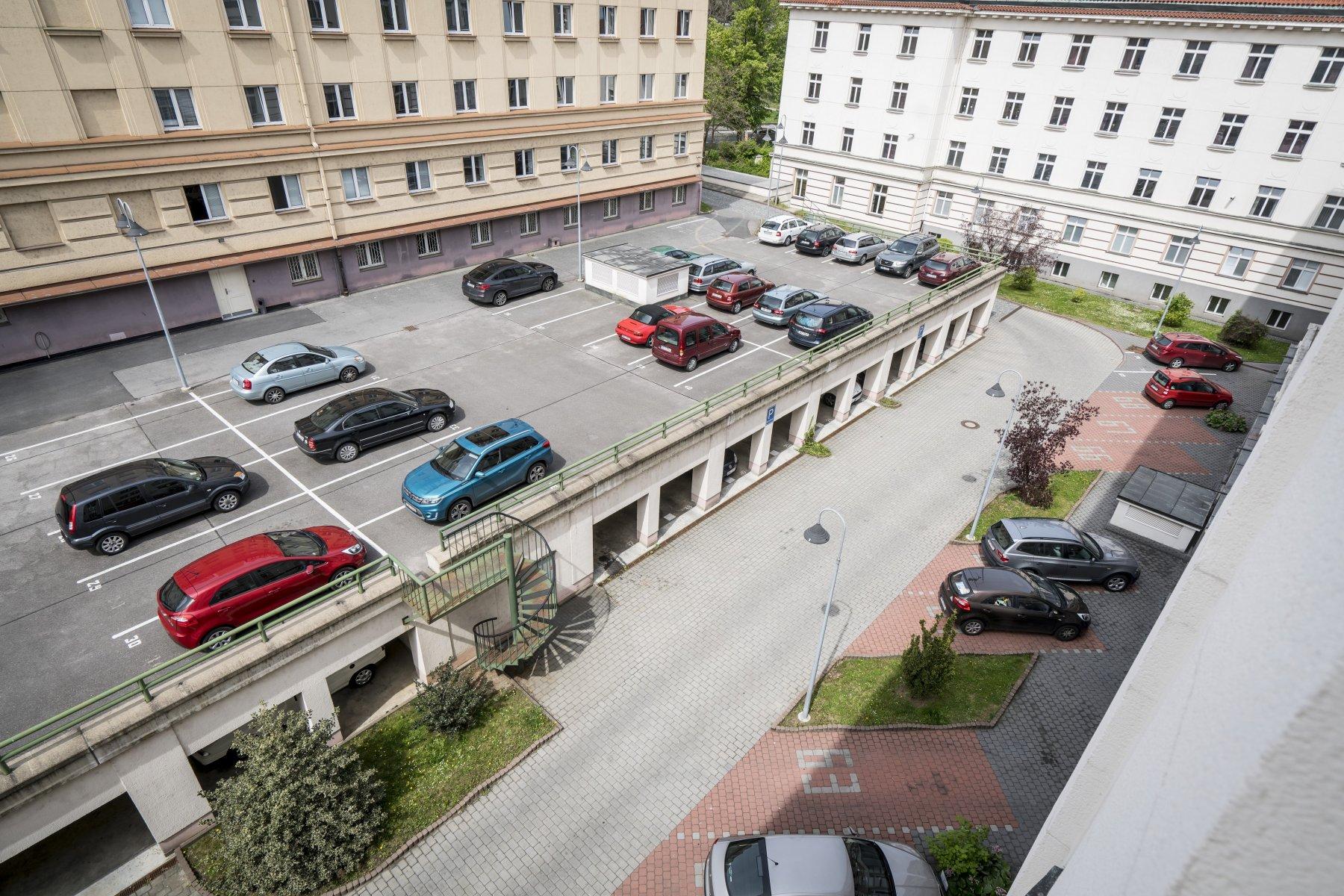 Parkovací stání u Masarykovy koleje